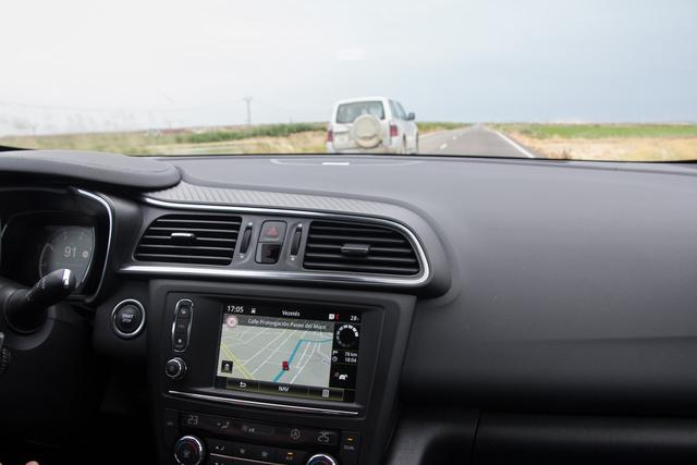 Nyílegyenes az út, de a navigáció szerint kis utcák között autózunk valamelyik városban