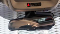 Az automatikusan sötétedő visszapillantó tükör mögött vannak a különböző érzékelők és a táblafelismerő kamerája