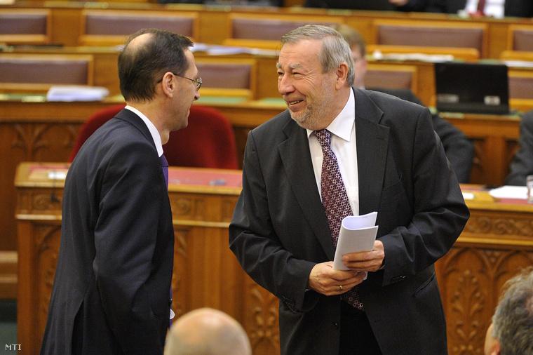 Varga Mihály nemzetgazdasági miniszter (b) és Kovács Árpád a Költségvetési Tanács elnöke.