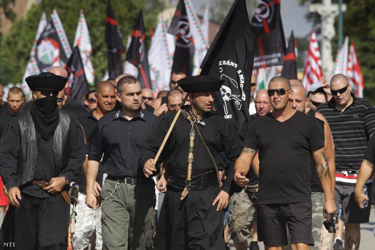 Demonstrálók vonulnak fel az Élni és élni hagyni - demonstráció a jogos magyar önvédelemért elnevezésű megmozduláson Devecserben 2012. augusztus 5-én, a Jobbik és több radikális szervezet, köztük a Betyársereg részvételével.