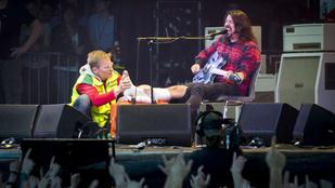 Lábát törte koncert közben a Foo Fighters gitárosa
