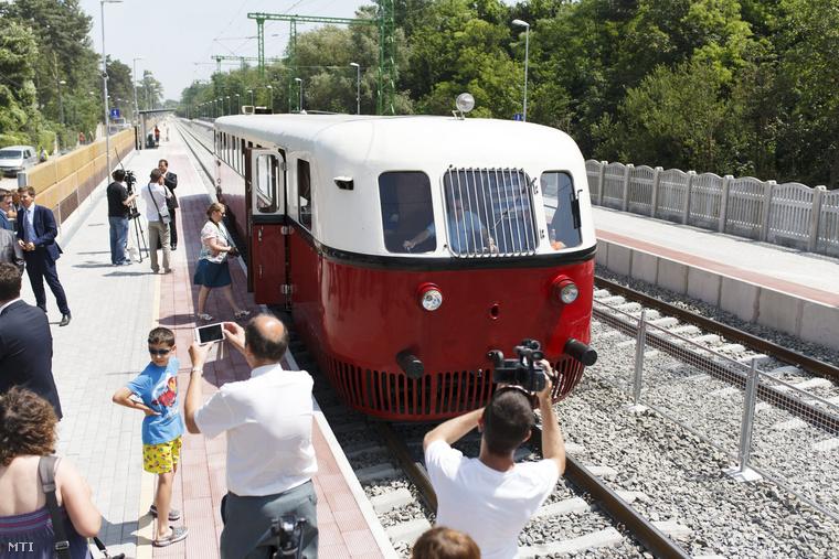 Nosztalgiavonat Siófok-Szabadisóstó állomáson a korszerűsített Lepsény és Szántód-Kőröshegy közötti vasúti vonalszakaszon 2015. június 13-án.