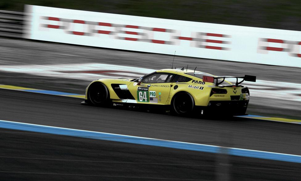 A féltáv legjobb csatájának egyik szereplője, a 64-es Corvette a GT-Próból. 184 kör után két másodpercre (!) üldözi a 99-es Astont.