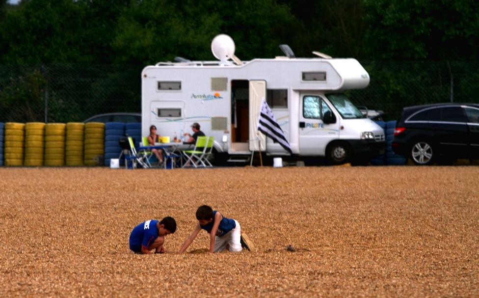 Nem hiányzik ide homokozó, mert hol máshol játszhatna a Le Mans-néző szülő gyermeke, mint egy kavicságy közepén?