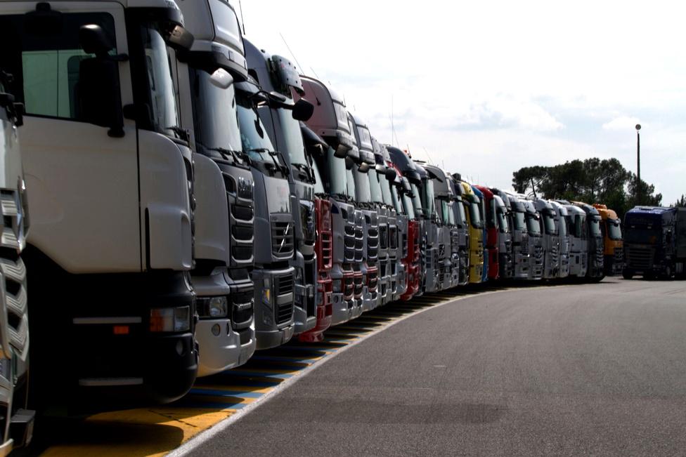 Elképesztő mennyiségű pénz és logisztika van a rendszer mögött. Ez itt a kamionarmada kb. egyötöde. Katonásan, rendbe szedve, ahogy kell.