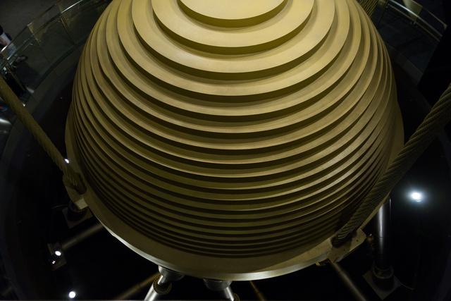 A 88. emelet 725 tonnás acélgömbje