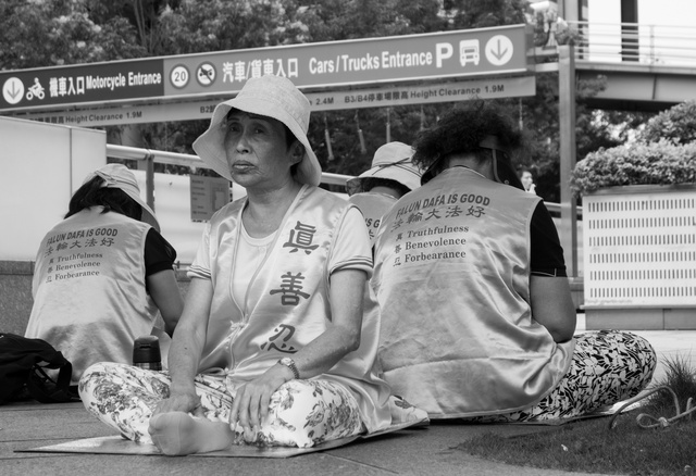 A Kínában betiltott meditációs egyház, a Falun Kung aktivistái a Taipei 101 tövében tiltakoznak, hiszen itt a legtöbb kínai turista