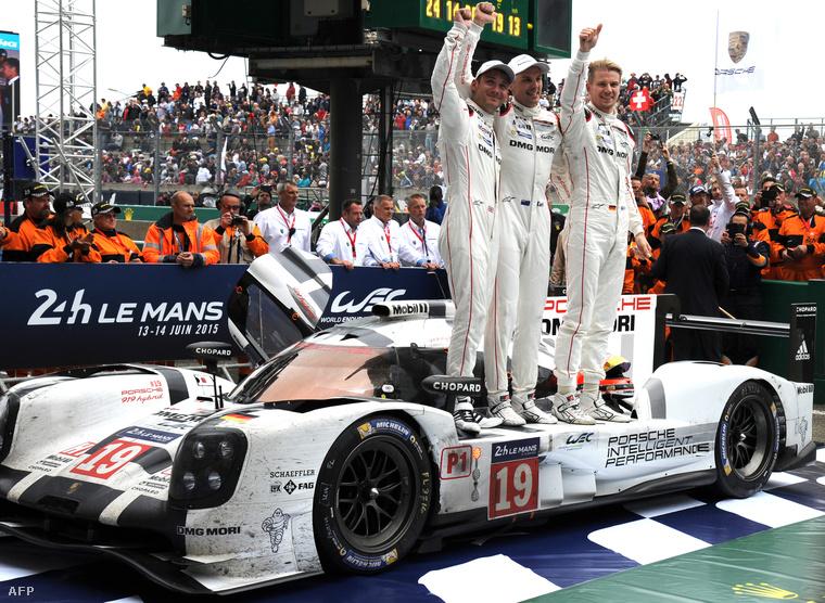 Nick Tandy, Earl Bamber és Nico Hülkenberg a győzelmüket ünneplik