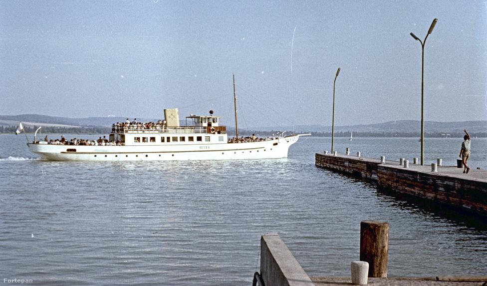 A balatoni személyhajózás már 1846. szeptember 21-én megindult: ezen a napon bocsátották vízre az első gőzhajót, a Kisfaludyt. A széles körben népszerű turistalátványosságot természetesen a szocialista tervgazdaságban is megtartották. Sőt, a képen látható Kelén csavargőzöst át sem keresztelték, pedig még a Monarchia idején épült, és 1891 óta szelte ezzel a névvel a Balaton habjait. Persze miért is nevezték volna át? A Kelén név minden rendszert túlélhetett, hiszen egy régi balatoni mondából származott: így hívták azt a szegénylegényt, aki végül sok veszéllyel szembenézve elnyerhette a balatoni Rohan herceg lányának, Helkának a kezét (ezért is hívták a Kelén nevű gőzhajó párját Helkának).