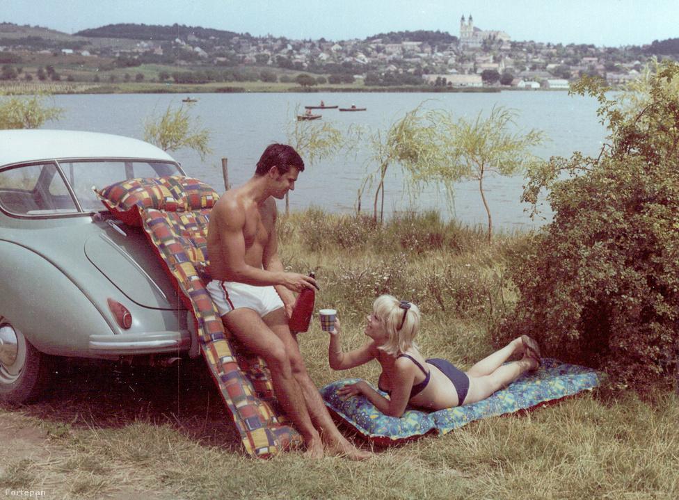 A Tihanyi-félsziget, a Belső-tó és az 1055-ben alapított bencés apátság templomtornyának festői szépségét a Palma Gumigyár vezérigazgatója is felfedezte, így 1969-ben itt készült reklámfotó az állami vállalt által gyártott színes gumimatracokhoz, amik nagyon hamar a korszak minden háztartásba kötelező nyári kellékei lettek. Akárcsak a képen látható lila szódásszifon!
