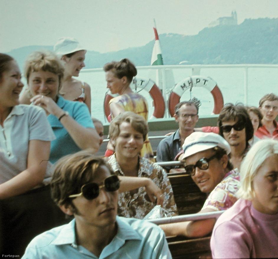 """""""A '70-e évek közepére a balatoni nyaralás természetessé válik. Alig akad család, ahol a munkahely, egy szomszéd vagy egy nagybácsi révén ne juthatnának el a szülők a Gyerekekkel egy hétre szemesre vagy Siófokra. 1978-ra nyilvánvalóvá válik, hogy a Balaton megtelt. A strandokon már reggel 9-kor elfogynak az árnyékos helyek, a tihanyi révnél végtelen kocsisorok állnak."""" (Részlet Papp Gábor Zsigmond Balaton retró című, 2007-es dokumentumfilmjéből)"""