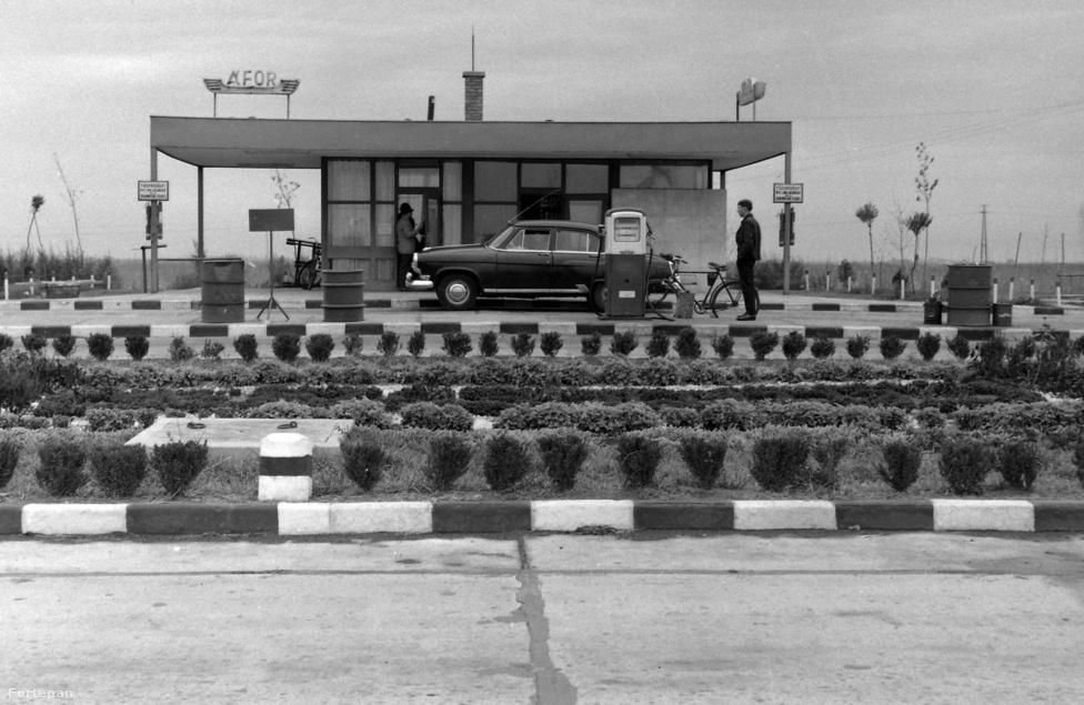 A nagy balatoni út előtt mindig érdemes volt még Budaörs vagy Diósd környékén feltankolni egy olyan tipikus ÁFOR-kútnál, mint ami a fenti képen is látható, hogy ne legyen gond később a benzinnel. A fotó egyébként 1970-es, és az állami benzinkút mellett a régi balatoni műút jellegzetes rázós aszfaltkockáit is gyönyörűen megörökítette. A műút fővárosi szakaszát már 1937 nyarán átadta az utazóközönségnek Dr. Szendy Károly, Budapest akkori polgármestere – az eseményről természetesen a kor divatja szerint filmhíradó is készült. A Balatonhoz való eljutást megkönnyítő M7-es viszont jóval később készült el, és csak 1975-re kötötte össze Balatonaligát Budapesttel.