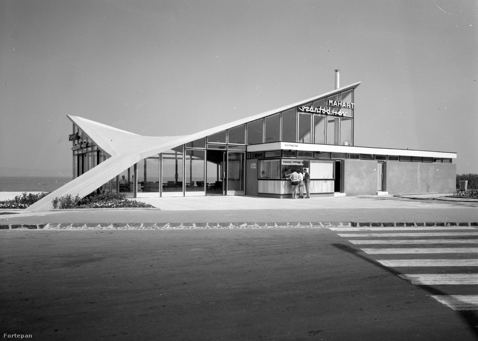 """Íme egy 1968-as fotó a szántódi rév jellegzetesen szocmodern épületéről és neonfeliratáról, ami ma már ipar- és kultúrtörténeti kuriózumnak számít. A """"Somogy északi kapujának"""" is nevezett Szántód a turisták körében ma is népszerű, mert menetrend szerinti kompjárattal köti össze a déli partot a Tihanyi-félszigettel."""