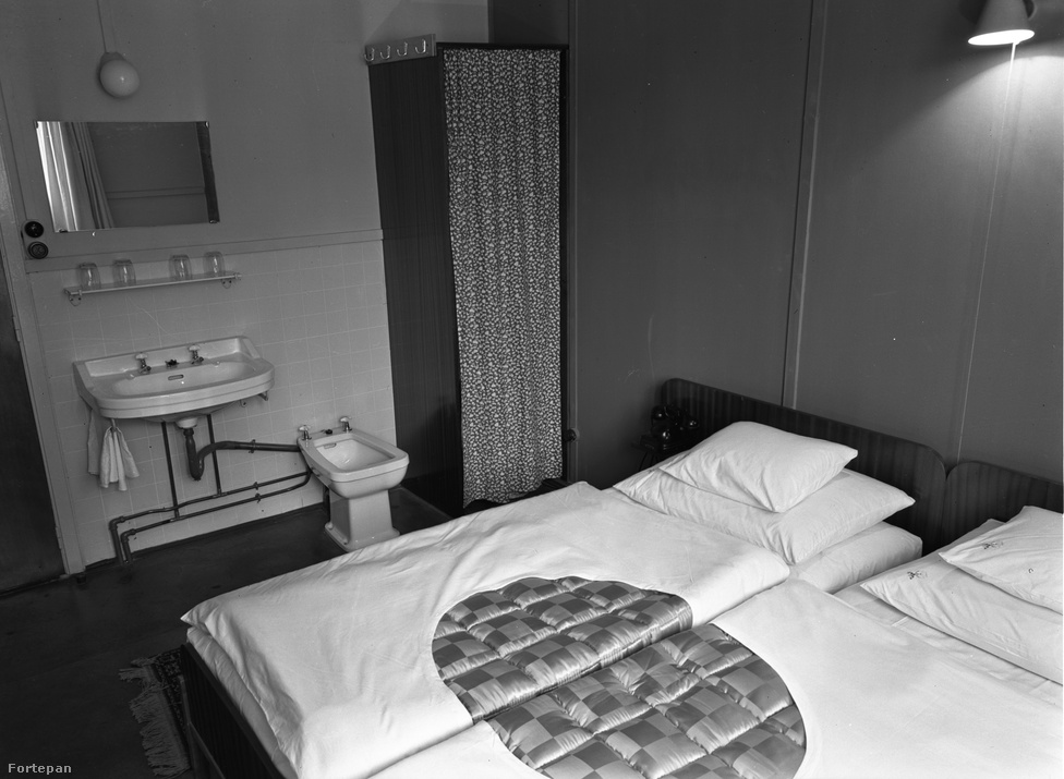 Így nézett ki 1960-ban egy szoba a tihanyi Balaton Motelben. Ekkoriban a tó idegenforgalma látványos fellendülésnek indult az '50-es évekhez képest. A pártállami vezetés ugyanis rájött, hogy a Balatont nemcsak a pihenni vágyó targoncakezelők és fodrászasszonyok számára kell vonzóvá tenni, hogy az üdülés után jobban menjen a munka, hanem a külföldiek számára is. Így az NDK-ból érkező kempingezők mellett egyre több NSZK turista jött a Balaton-partra. Ők persze inkább a part mentén felépült, jellegzetesen szocmodern kockahoteleket választották (ahol a parkolóban megcsodálhattuk a menő, nyugati autóikat). Az egymással sokszor titokban a Balatonnál találkozó kelet- és nyugatnémetek idővel olyan sokan lettek, hogy elindult a jól ismert Zimmer Frei-korszak, a horroráron kibérelhető balatoni nyaralókkal.