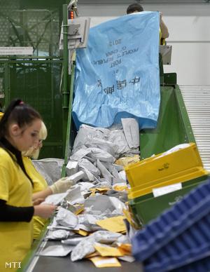 Postai alkalmazottak dolgoznak a Liszt Ferenc Budapest Nemzetközi Repülőtér mellett a Magyar Posta Nemzetközi Posta Kicserélő Központjában 2014. november 11-én.