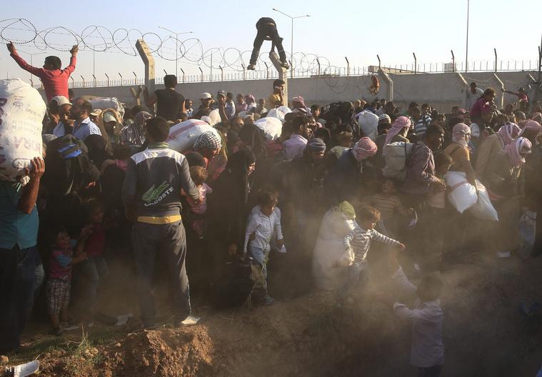 Menekültek rohamozták meg a szíriai-török határt június 14-én
