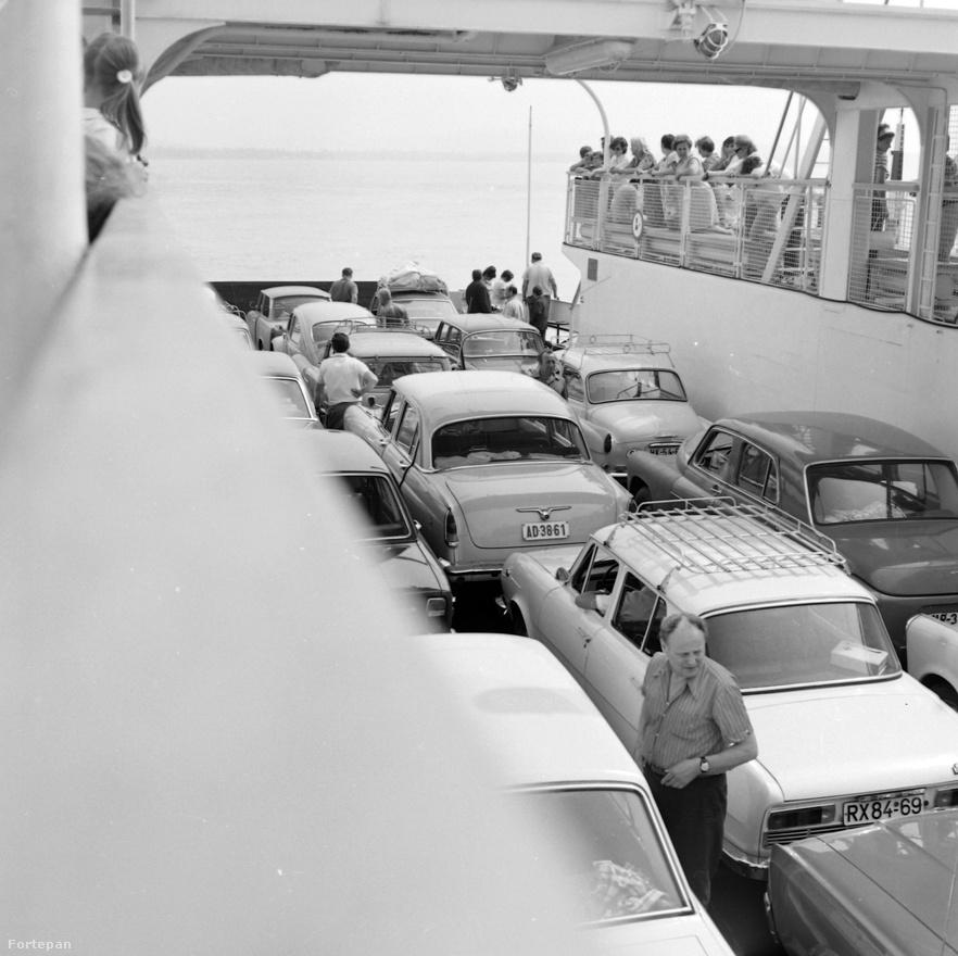 A balatoni kompjáratok már a '70-es években is igen népszerűek voltak a két part között, mert a Magyar Tengert átszelő hajójáratokkal a Trabantokban, Wartburgokban, Skodákban vagy épp bogárhátú Volkswagenekben utazó turisták és munkába igyekvők lerövidíthették az utat, nem kellett megkerülniük az egész tavat.
