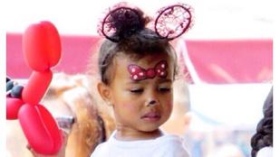 Itt van még néhány kép Kim Kardashian baromi aranyos kétéves lányáról