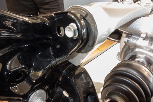 Az alumínium tartón, lefelé ott a 350 Hz-re hangoló fülecske