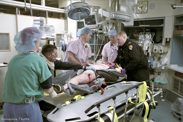 Lőtt sebbel látnak el egy férfit egy baltimorei kórház intenzív osztályán