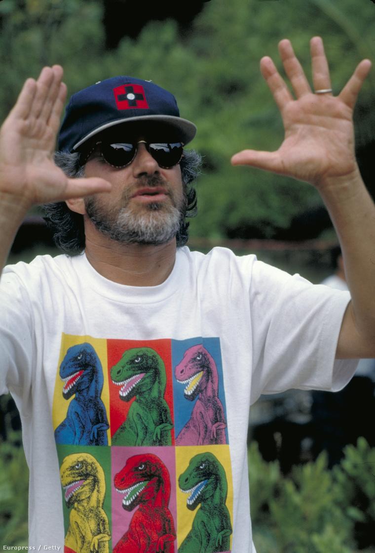 Spielberg, dínós pólóban, a forgatás alatt
