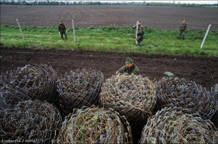 1989. május 1. A vasfüggöny darabjait bontják magyar katonák