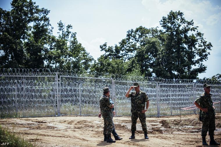 Határőrök a bolgár kerítésnél