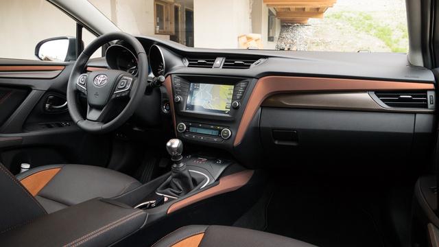 Ez a terrakotta kétzínű belső nem rossz. Az Avensis műszerfalának a komplett külső héját újracsinálták, egész minőségi anyagokból