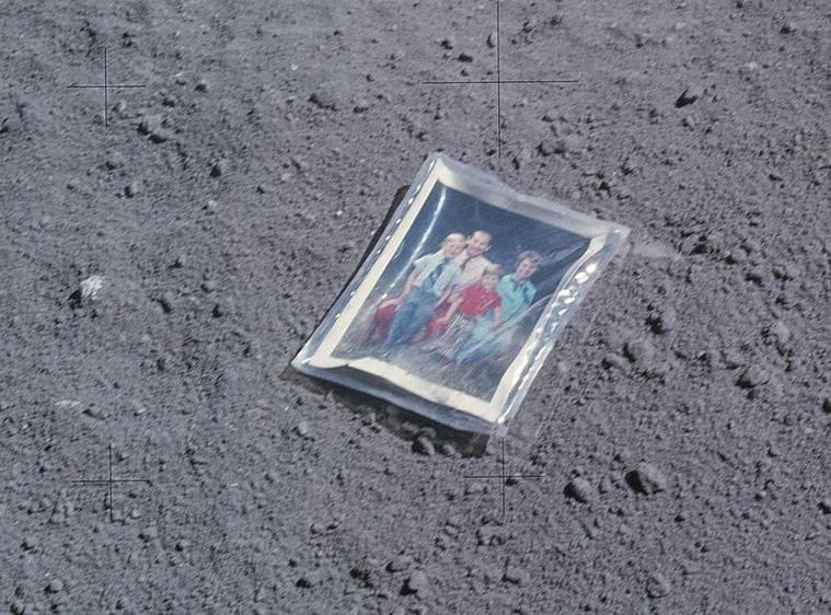 Egy kép a Nasa gyűjtéséből, a legfurább, Holdon hagyott tárgyakból.