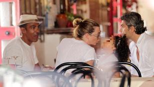 Nahát, ki ez a nő, aki a családjával eszeget Taorminában?