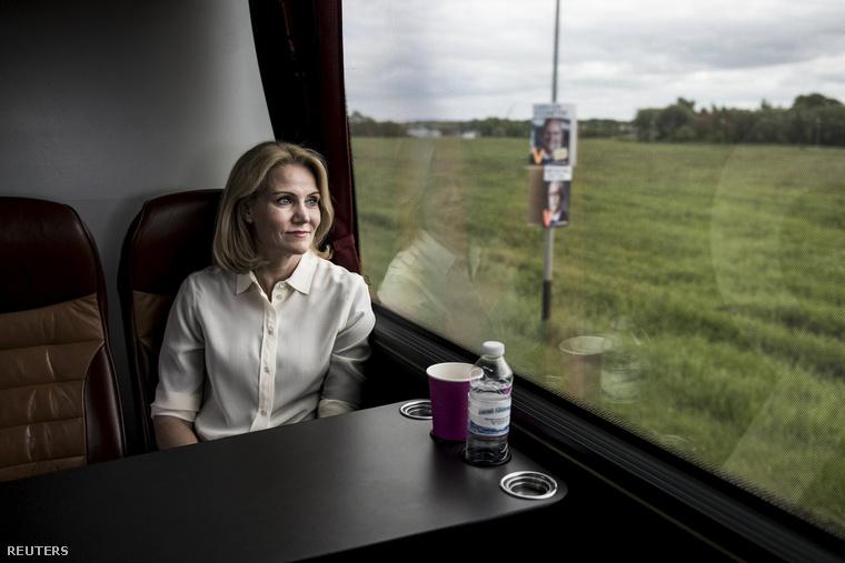 Helle Thorning-Schmidt vonaton utazik egy kampányállomásra.