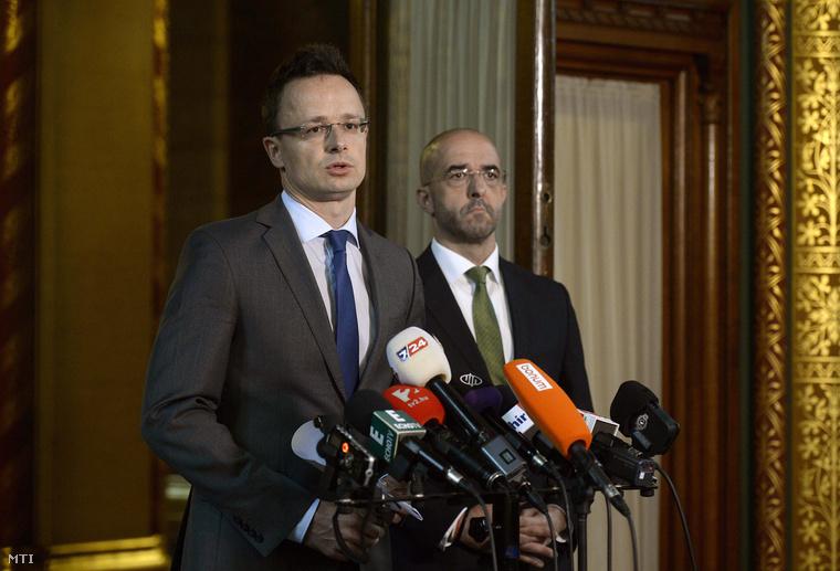 Szijjártó Péter június 17-én bejelenti a kerítés megépítéséről szóló kormányhatározatot.