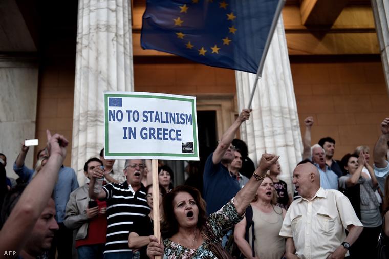 Tüntetők a görög parlament épülete előtt Athénban