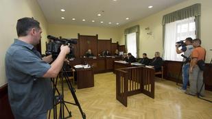 Megfelezték az izsáki zsaruk büntetését