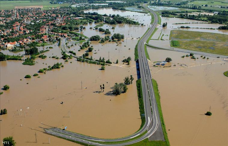 Víz alatt a felsőzsolcai közlekedési csomópont