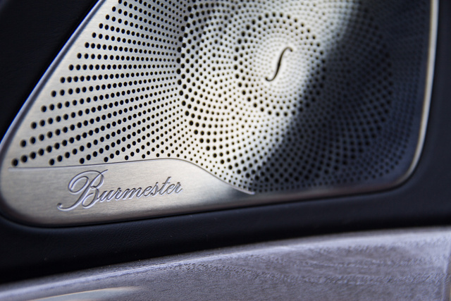 Elképesztően szép és részletes kidolgozás. A Burmester hifi tökéletes és nézzék ezt az íves hangszórórácsot: hát nem gyönyörű?