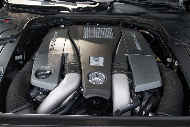 Reméljük, hogy jó egészségben eléldegél még sokáig az M157-es AMG-motor és nem váltja le ezt is a négyliteres, biturbó V8. Öt és fél liter már eleve elég ahhoz, hogy mozdítsa az autót, ehhez még jön a két turbó és a végeredmény olyan, amit elvárhatunk. 585 lóerő és 2000-es fordulatszám feletti 900 Newtonméter. Ennyivel már azért odébb lehet állni.