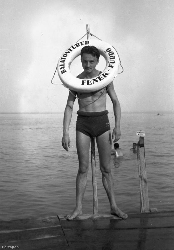 A balatonfüredi Fenék-fürdőnek már a vicces neve is arra készteti az embert, hogy bohóckodjon a fotózó családtagnak - így tett 1934-ben az a férfi is, aki ránézésre akár Sean Penn nagyapja is lehetne.