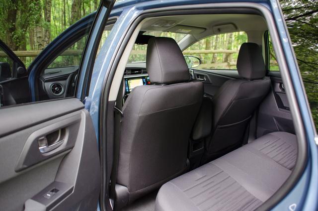 Új ülések, változatlan lábtér. Nem az autóipar legtágasabb hátsó üléssora, de rövidtávon nem kínpad kosaras alkattal sem