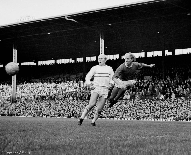Bobby Charlton rúg kapura a Manchester United–Strasbourg meccsen, az 1965. évi Vásárvárosok Kupája negyeddöntőjében