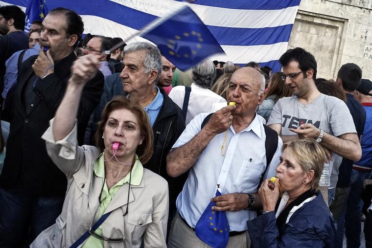 Ezrek tüntetnek a parlament athéni épülete előtt 2015. június 22-én, követelve, hogy Görögország maradjon az Európai Unió és az euróövezet tagja.
