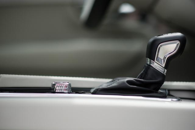 Váltókar- és indítógomb-művészet Volvo módra