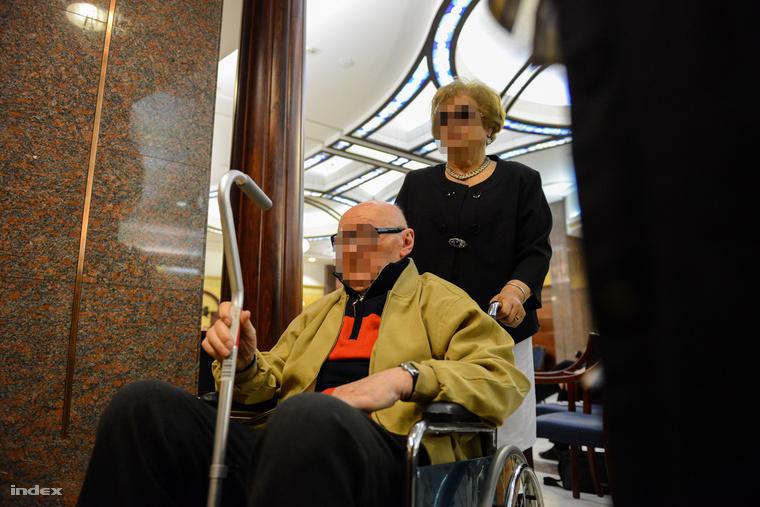 Biszku Béla érkezik az ellene több ember sérelmére elkövetett emberöléssel megvalósított háborús bűntett és más bűncselekmények miatt indult büntetőper tárgyalására a Fővárosi Ítélőtábla Markó utcai épületének folyosóján 2015. június 1-jén.