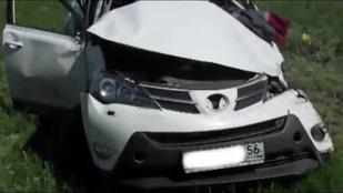 Túlélte a sofőr a balesetet, amiben tízszer is megpördült az autója.