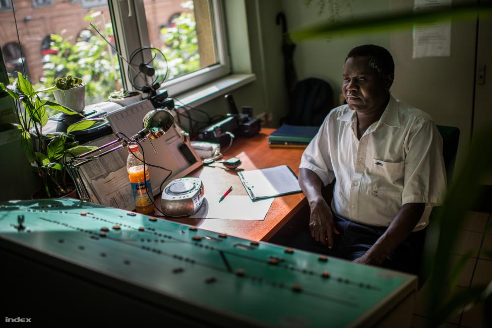 """""""Ez egy úgynevezett tabulátor"""" - meséli Marcelo. Elmondja, hogy ilyen van a MÁV-nál, csak sokkal nagyobb, ezzel állítják a váltókat és ennek a segítségével terelik a vonatokat vagy villamosokat. Ez a főállása. Amikor elvégezte a tanfolyamot, nyilvántartásba vették a cégnél, mint felsőfokú végzettségű munkaerő, ha esetleg szükség lenne a képesítésére. Egyelőre még nem volt."""