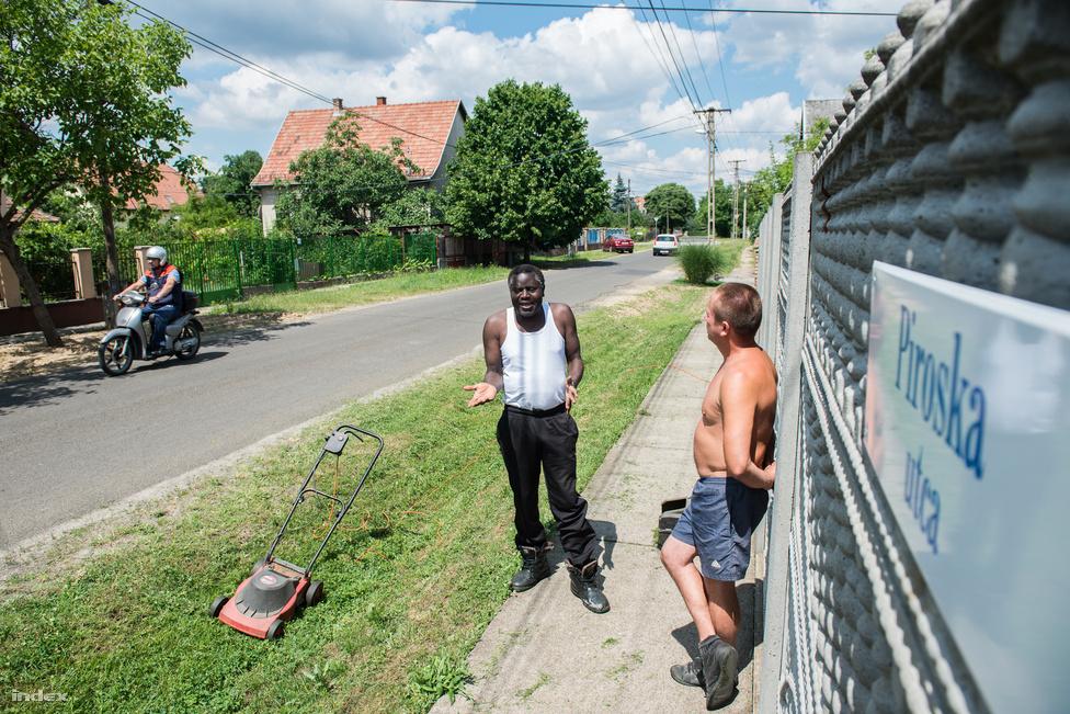 Annak a rasszizmusnak, amivel nap mint nap találkozik a budapesti utcákon, nyoma sincsen a háza szomszédságában. Sok munka volt a házának a felújításával, de amikor becsületesen megcsinálták, senki sem nézett rájuk furcsán.