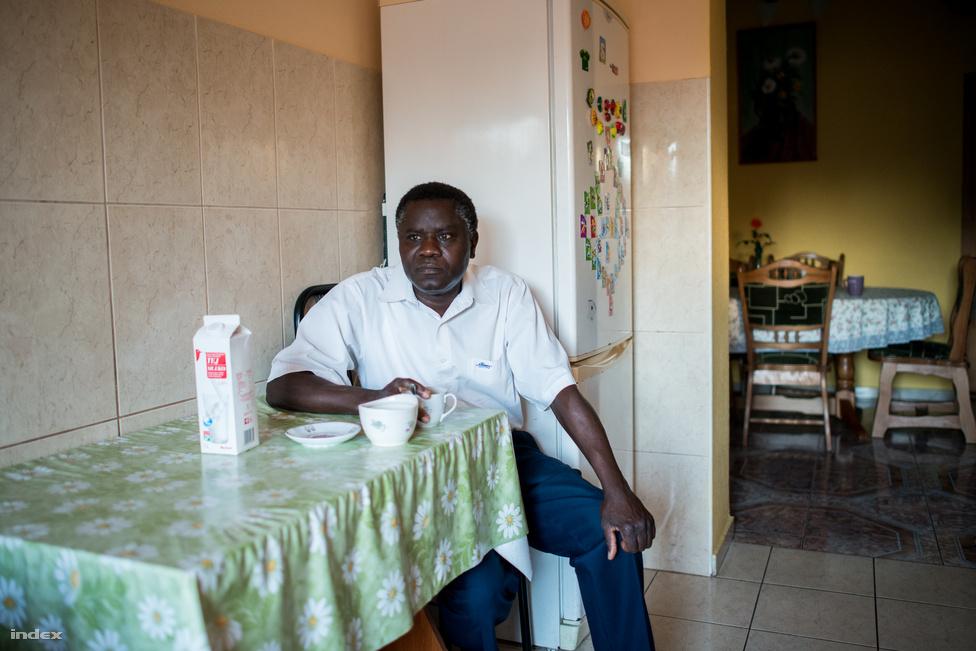 """""""Néha van, amikor háromkor elhúzok"""" - mondja, amikor arról kérdezem, hogy mikor kell indulnia munkába. 2005-ben családjával a házba, azóta folyamatosan vannak munkák, aminek a nagy részét saját kézzel oldja meg, de most éppen árajánlatot kért egy tetőjavításra."""