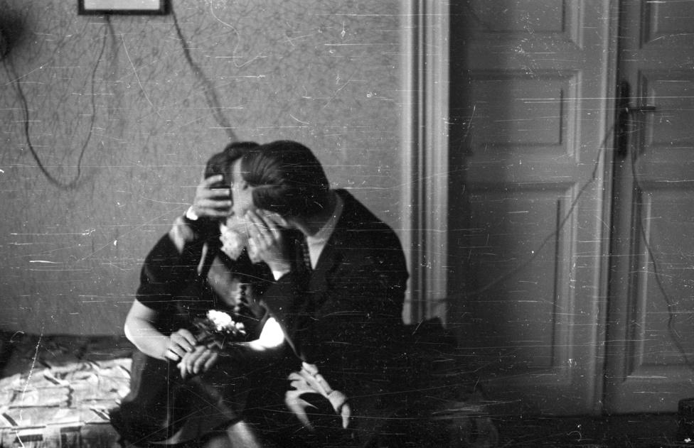 1960: Az úgynevezett fogorvosi csók, amikor az egyik fél két kézzel tartja a másik fejét, az meg közben meg sem bír mozdulni a sokktól.
