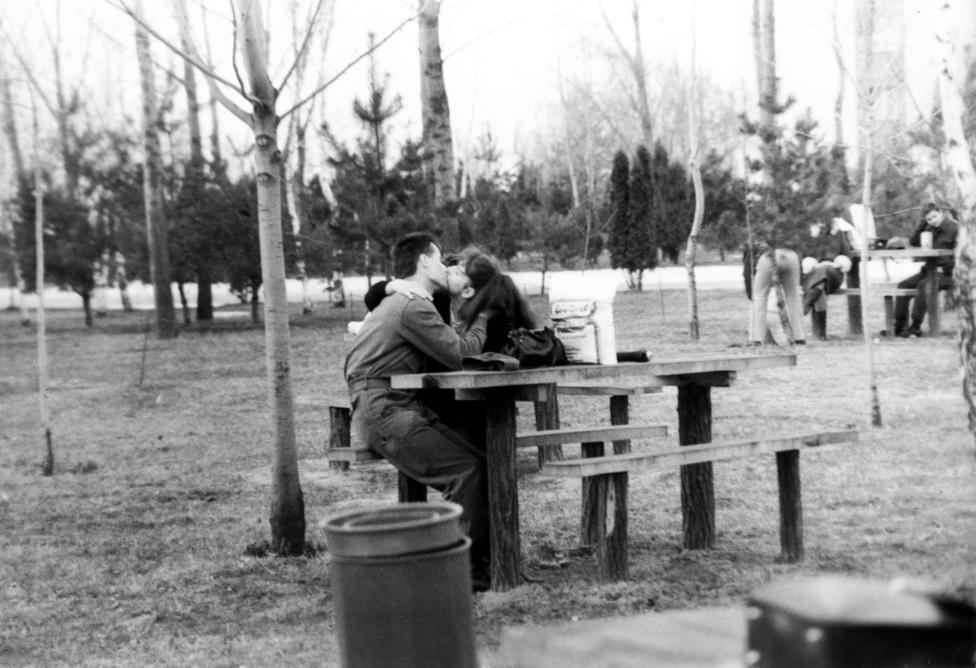 1983: Az egyik magányos férfi a háttérben elég egyértelműen jelezte, hogyan áll hozzá a csókolózó párhoz.