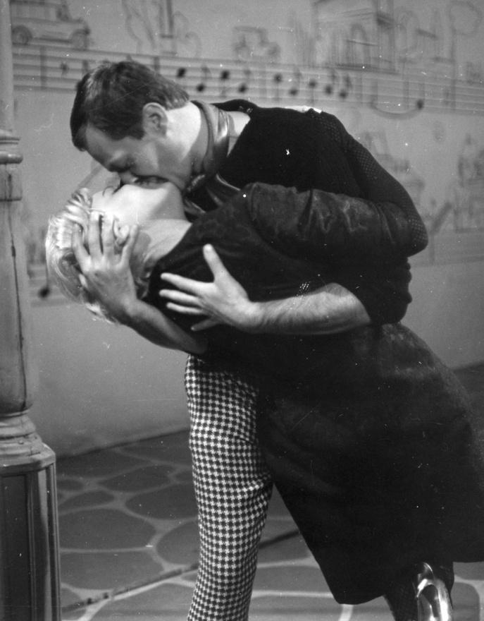 1967: Amikor a latinos romantika begyűrűzik a kommunizmusba. Hódító szerepében Darvas Iván, hódított szerepében Házy Erzsébet.